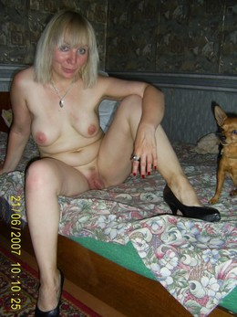 Old blonde with a naked torso posing..